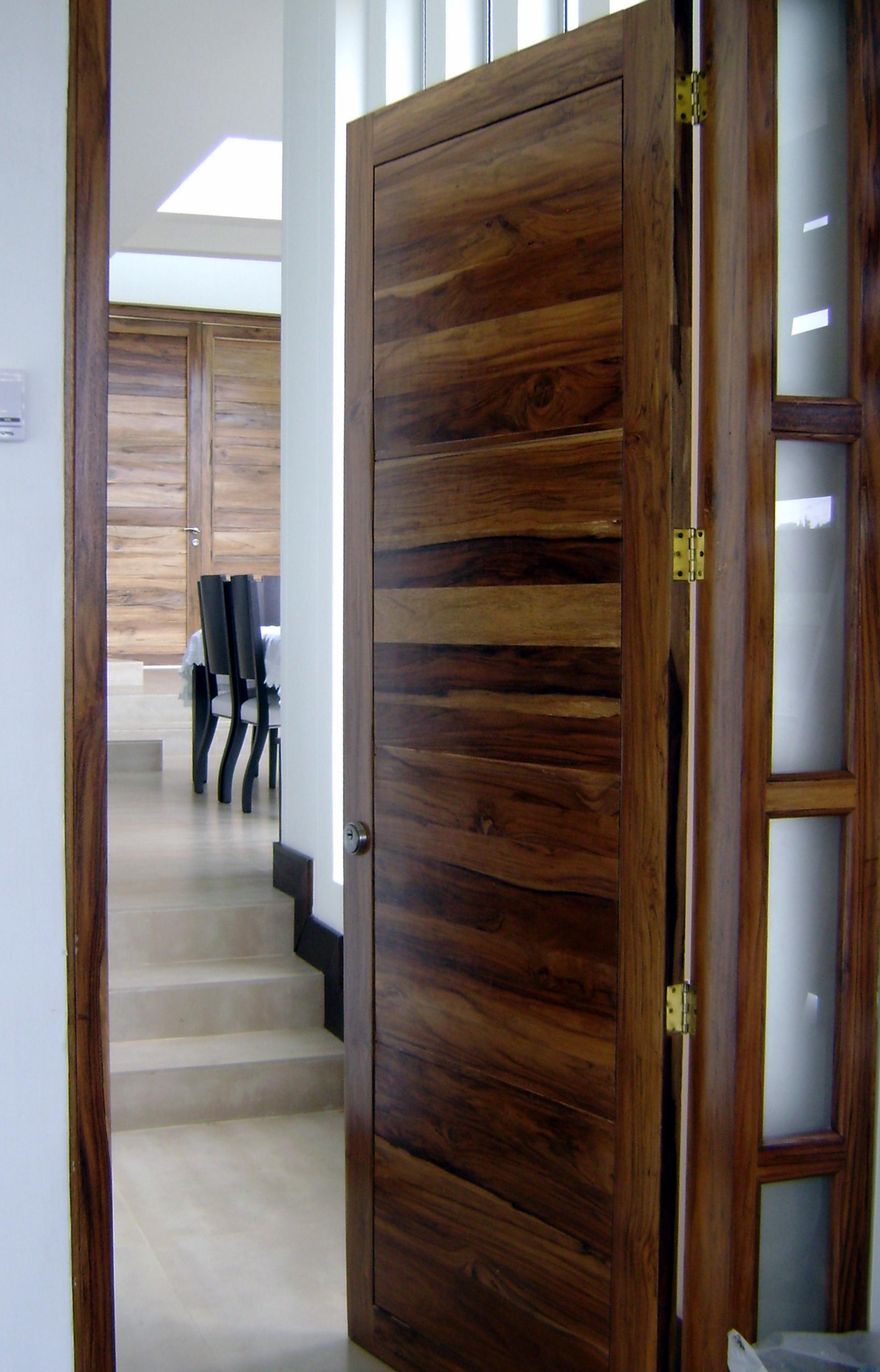 Puertas en nogal veteado carpinter a talentos for Puertas de madera cordoba